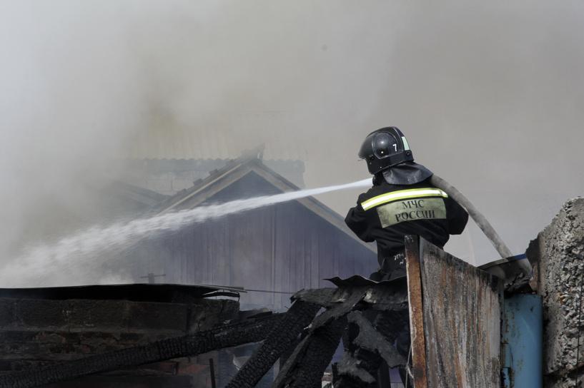 Пожар на 22-й Северной в Омске уничтожил дом и три автомобиля