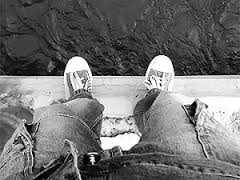 В Омске молодая девушка спрыгнула с моста