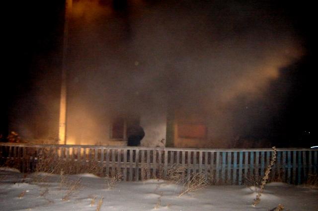 В Омской области при пожаре погибли мать с сыном и неизвестный мужчина