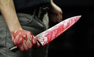 Житель Омска сто раз ударил знакомого двумя ножами