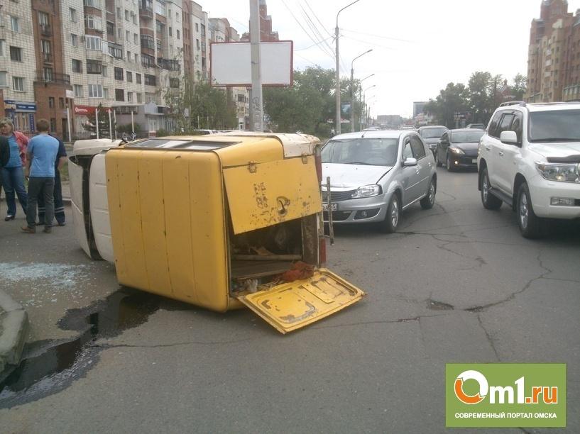 В центре Омска от столкновения с Renault Logan перевернулся фургон ИЖ