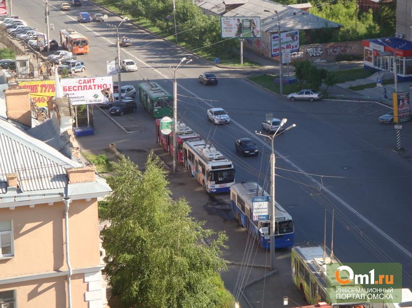 В центре Омска образовалась пробка из троллейбусов (ФОТО)