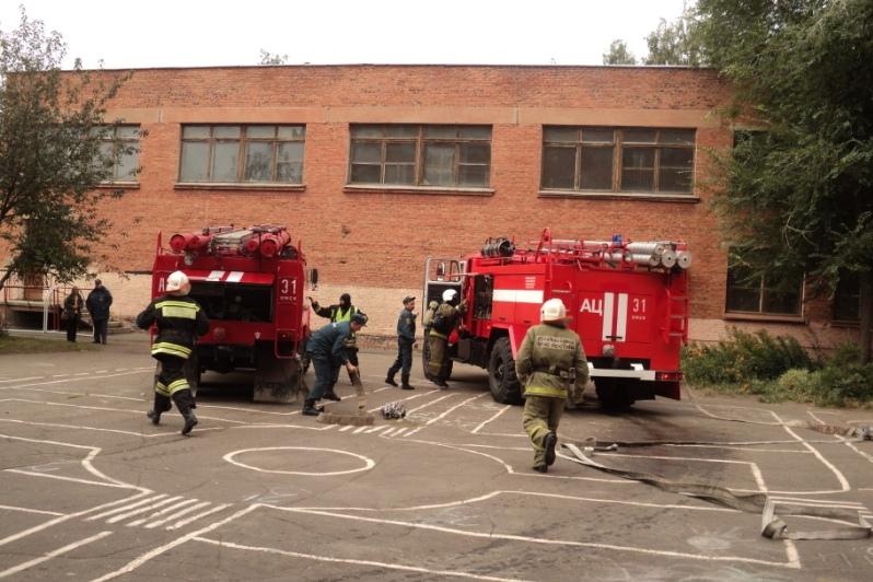 В школе №10 омские спасатели «потушили» пожар