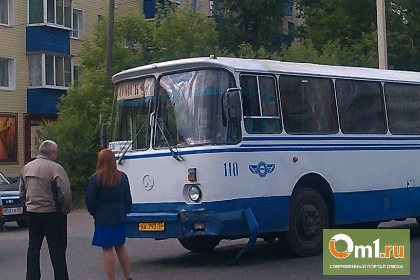 """В Омске напротив """"Магнита"""" Toyota разбилась об старый автобус """"ЛАЗ"""""""