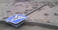 В Омске неизвестный вырывал дорожные знаки
