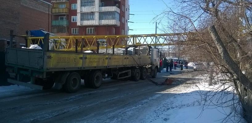 По факту падения крана в Омске следователи проводят проверку