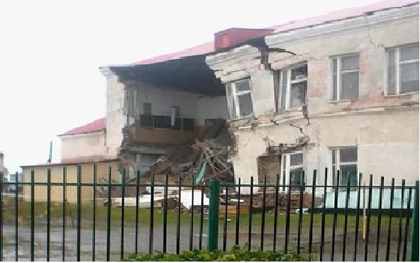 Причиной обрушения стены в называевской школе стали трещины