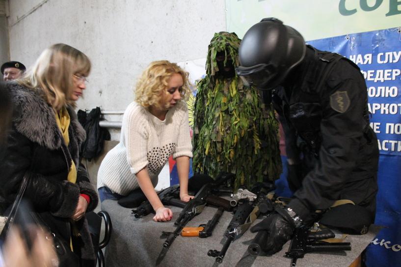 Омские журналисты понюхали пороху в тире и разобрали автомат Калашникова