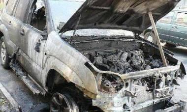 В Омске ночью дотла сгорел Land Cruiser с гаражом