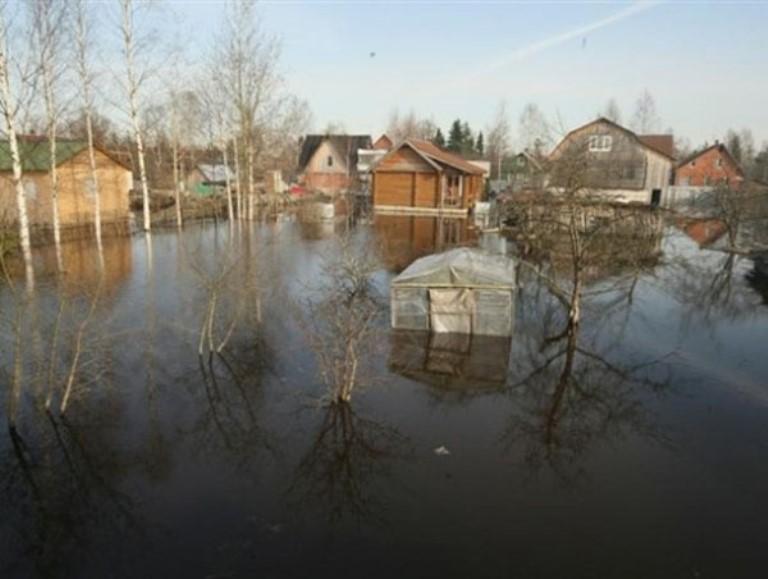 На трассе Омск-Тара из-за паводка обрушился участок дороги