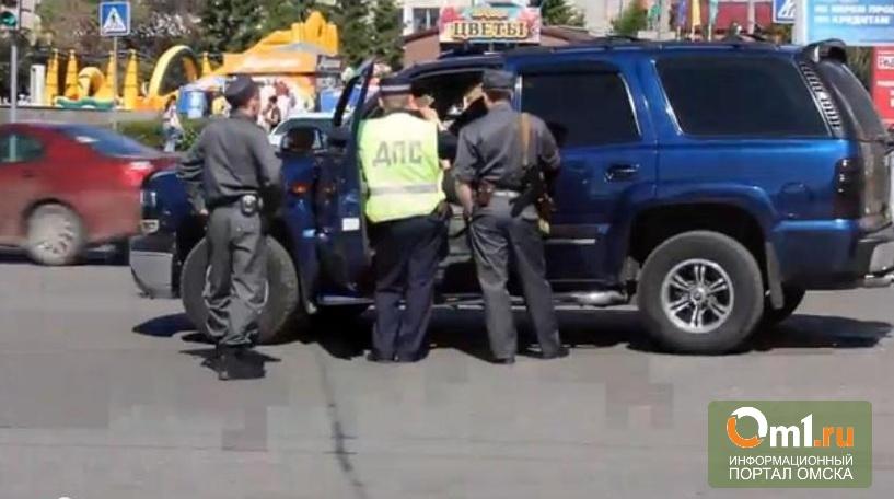 В центре Омска полицейские снимали на мобильный неадекватного водителя на джипе