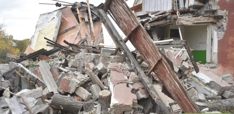 Прокуратура заставила чиновников мэрии убрать горы мусора на месте разрушенного дома