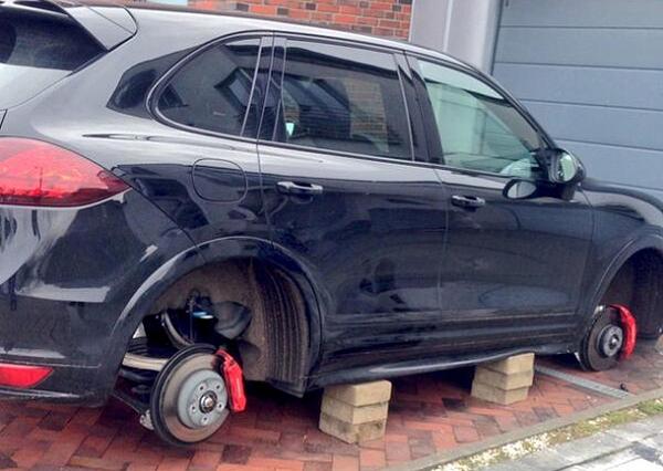 Бдительный омич не дал ворам скрутить колеса с авто своей соседки