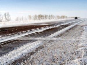 На трассе в Омской области едва не замерз насмерть водитель иномарки