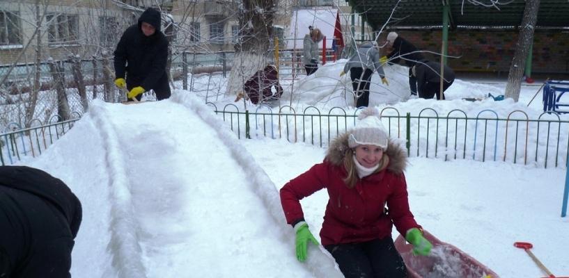 В Омске маршрутку припарковали на детской горке