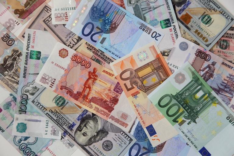 Курс валют: рубль продолжил расти на открытии биржевых торгов