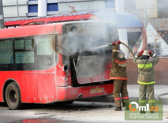 В Омске загорелся пассажирский автобус