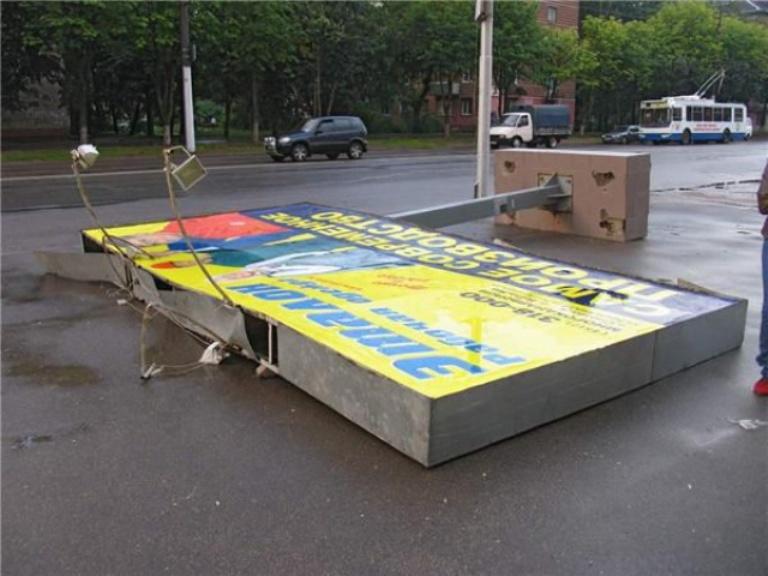 В Омске на женщину упал рекламный щит