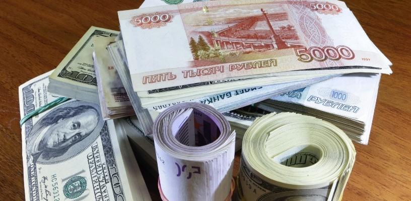 Курс валют: рубль снизился к доллару и подрос к евро