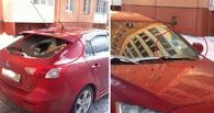 В Омске на иномарку, припаркованную во дворе, напали с топором