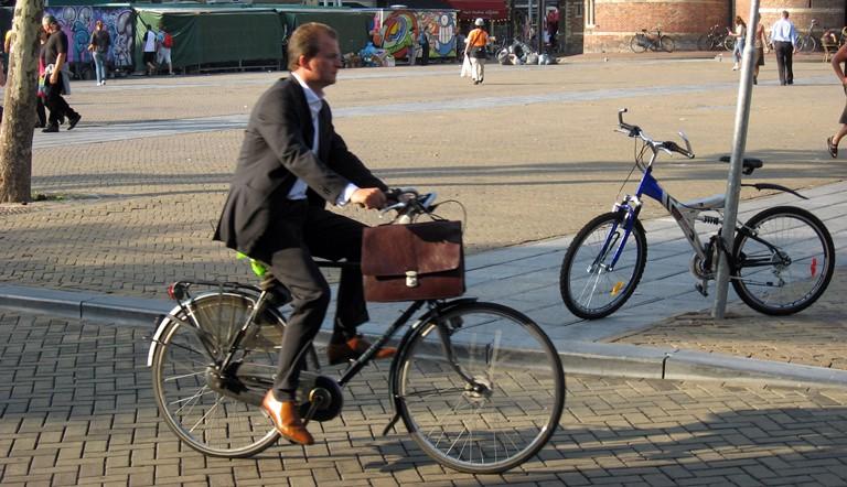 Виктору Назарову предлагают приехать на работу на велосипеде