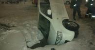 В центре Омска машина провалилась в асфальт