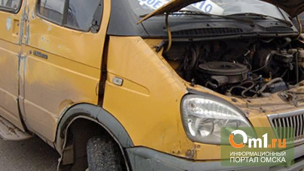 В Омске у «Торгового города» столкнулись иномарка и маршрутная «ГАЗель»