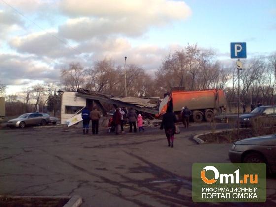 Водителя, который снес киоск с человеком в Омске, будут судить