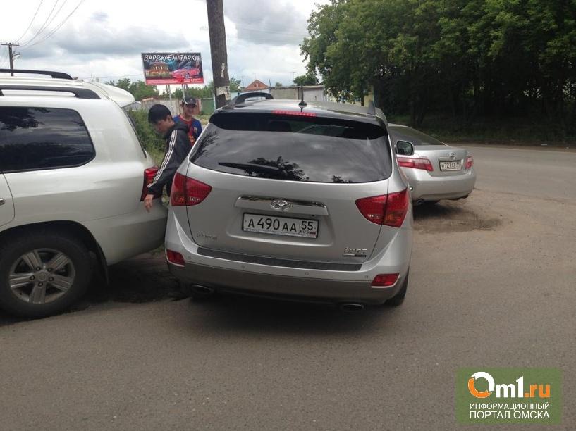 Омичи жалуются в ГИБДД на припаркованные на тротуарах авто