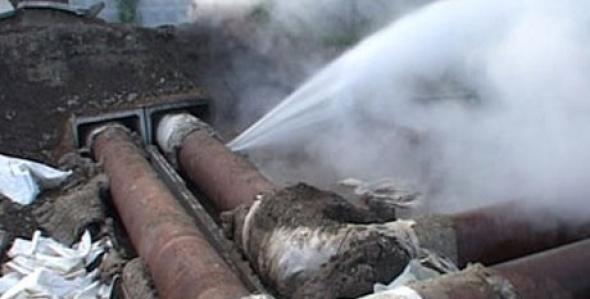 На Левобережье Омска из-под земли забил очередной фонтан