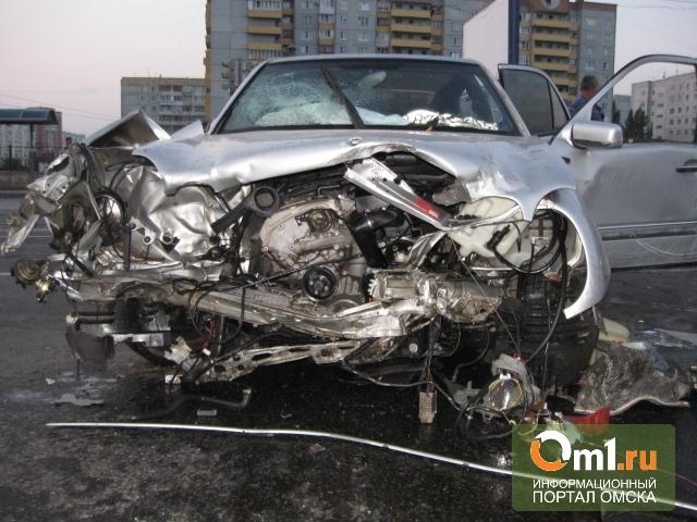 В Омске двое напали на таксиста, угнали Mercedes и устроили ДТП у Автовокзала