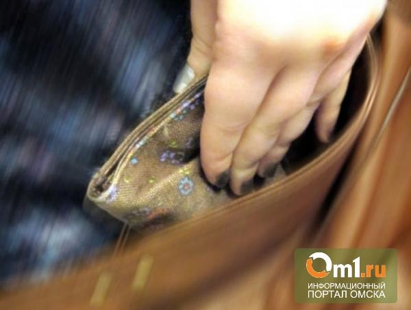 Омскую карманницу, орудовавшую в торговых центрах, поймали продавцы