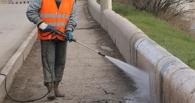 Омские дорожники отмыли ограждения вдоль трасс, попутно вывезя 20 тонн грязи