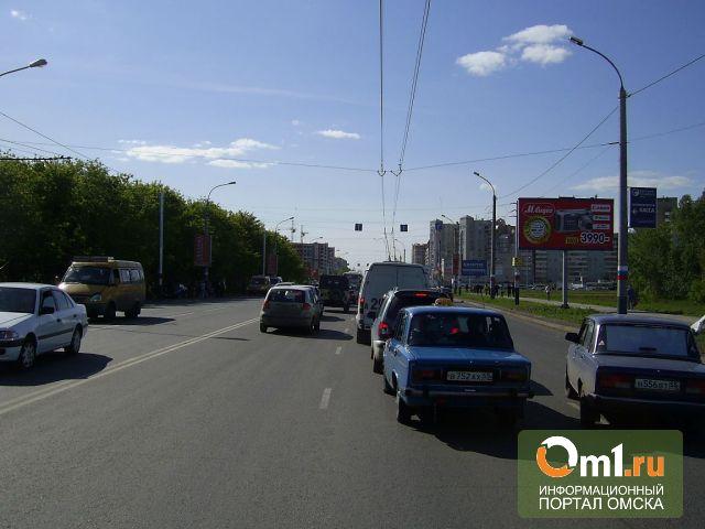 В Омске на Конева «Мерседес» въехал в рекламный щит: водитель погиб