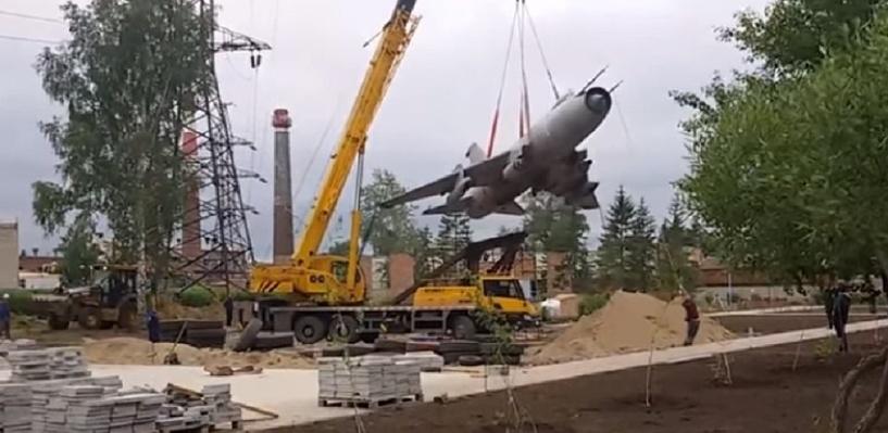 В Омске на улице Лизы Чайкиной разместился бомбардировщик СУ-17