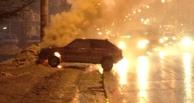 В Омске прямо на остановке загорелся автомобиль (фото и видео)