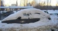 В Омске упавший с крыши снег помял две иномарки