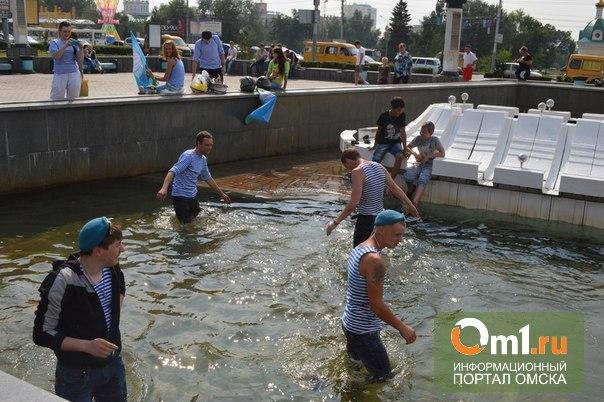 Омские десантники все-таки купались в неработающем фонтане