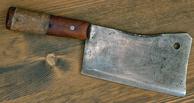 В Омске мужчина напал на товарища с топором