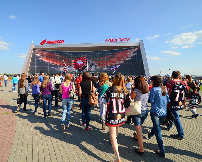 Фанатов «Авангарда» задержали за зажжение файеров на площади у «Арены Омск»