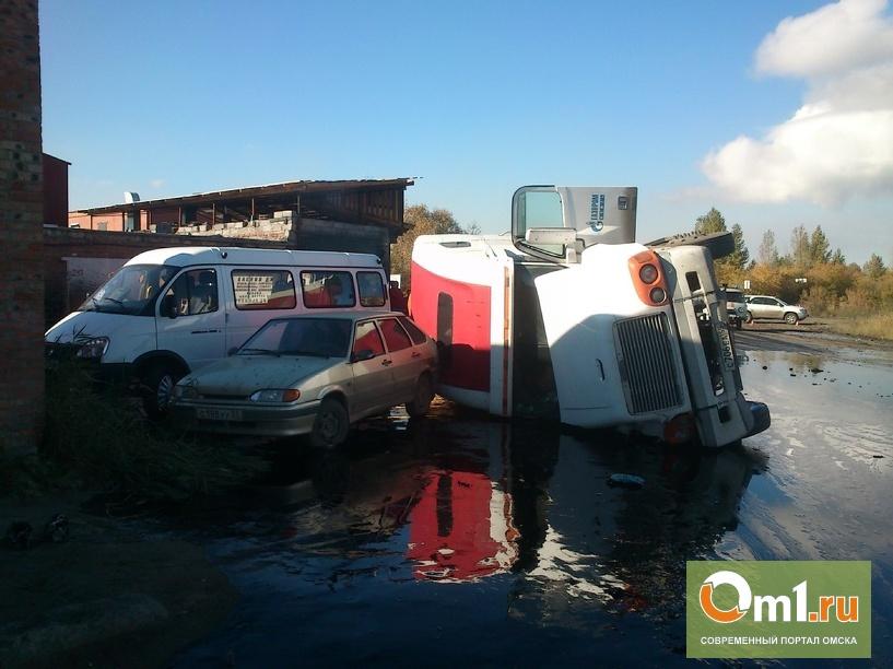 В Омске битумовоз упал и протаранил «ГАЗель»: досталось и пешеходу