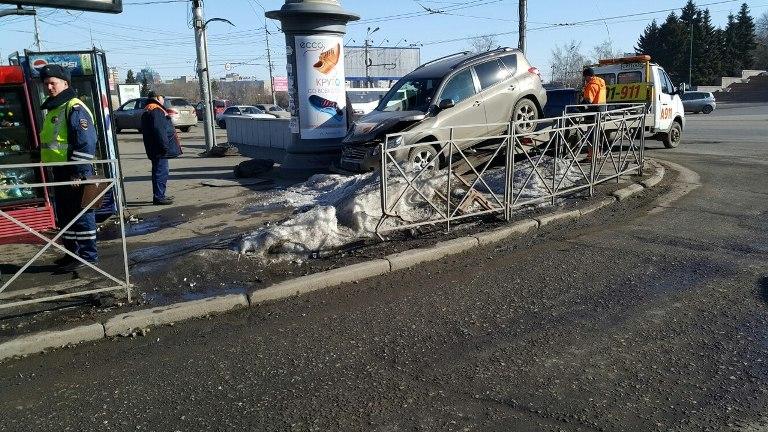 В центре Омска внедорожник Toyota снес железное ограждение тротуара и врезался в киоск