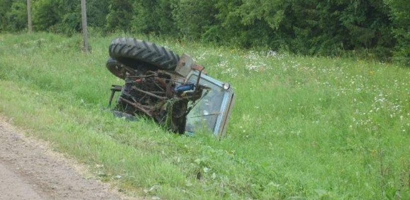 Трактор опрокинулся в кювет в Омской области — погиб пассажир