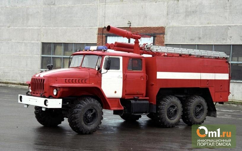 В Омске горит шинный завод