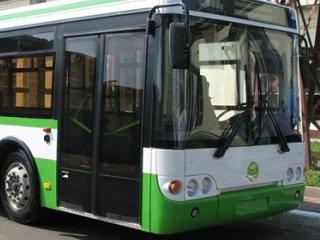 В Омске мужчина пробил череп, выпав из автобуса