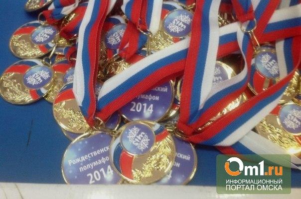 На Рождественском полумарафоне в Омске бегунам раздали медали с ошибками