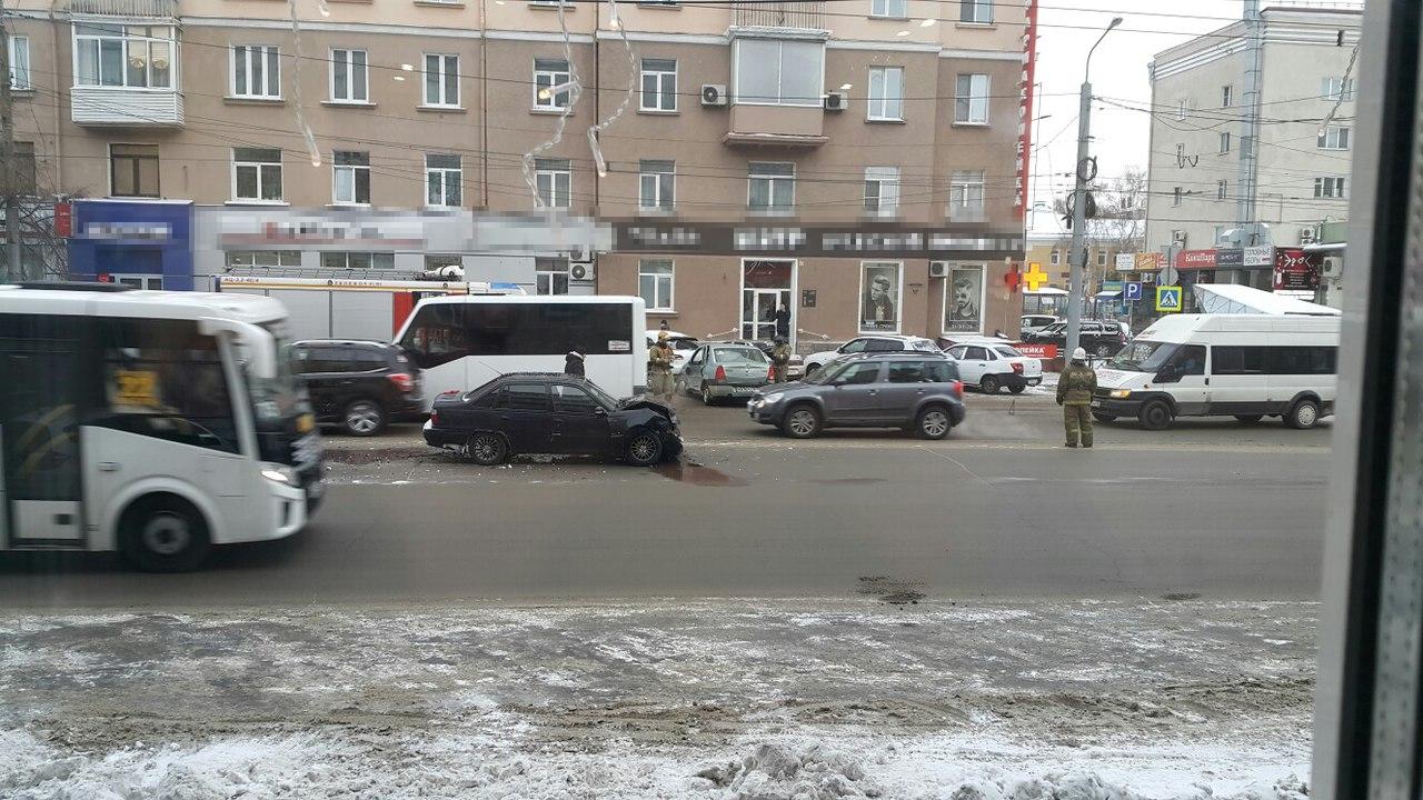 Тройное столкновение иномарок вцентре Омска, водители отделались испугом
