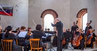 На свежем воздухе и с комарами: омские музыканты дали концерт в строящемся Воскресенском соборе (фото)
