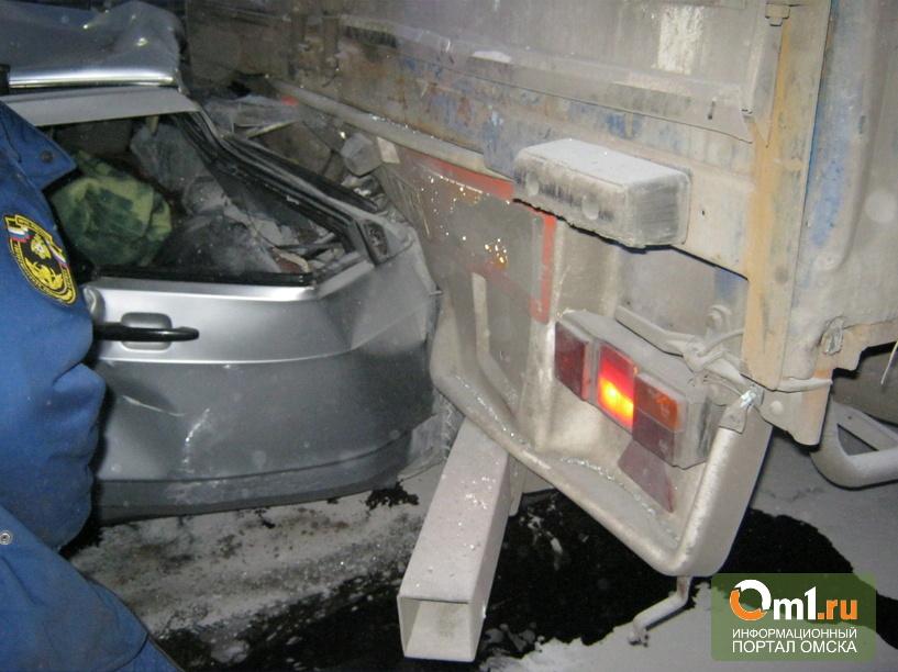 В Омской области врезались в грузовик и погибли молодой парень и девушка