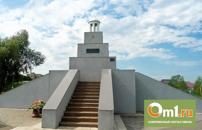 В Старом Кировске отреставрировали памятник «Борцам за свободу»